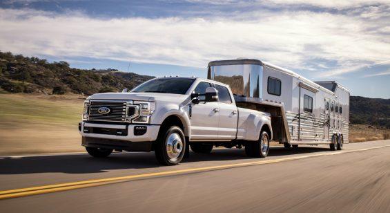 ford f 450 super duty limited crew cab branco frente rebocando um trailer
