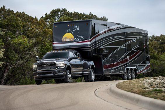 ram 3500 limited mega cab preta rebocando um trailer gigante