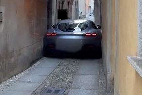 [Vídeo] Ferrari Roma fica entalada em rua estreita!