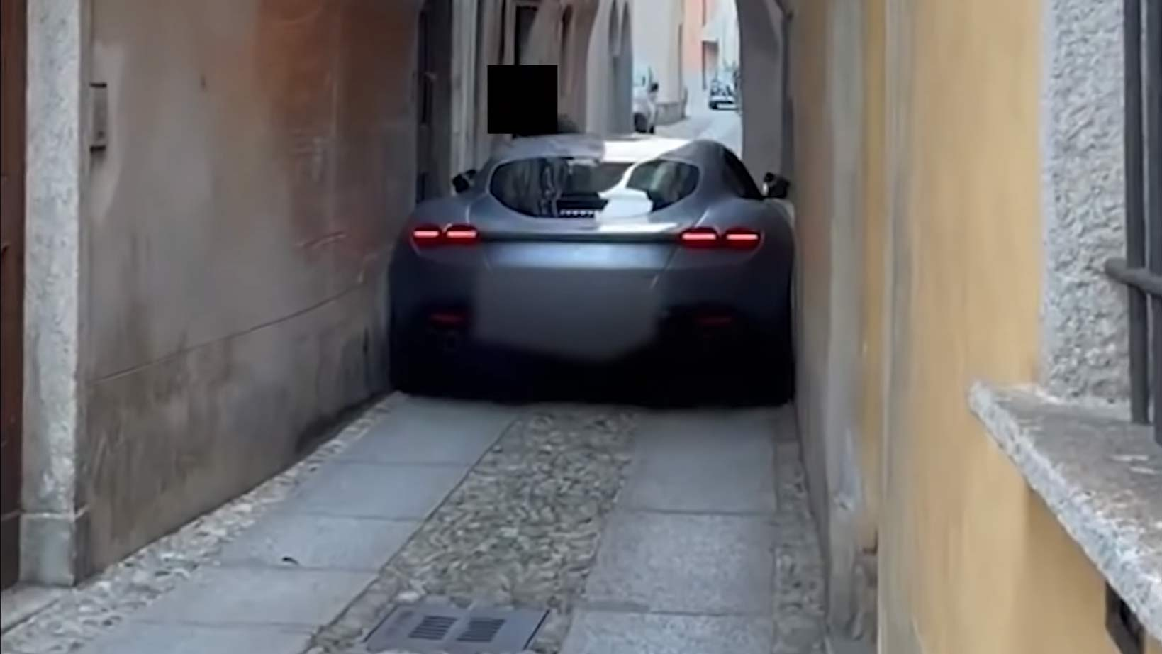 ferrari roma presa em rua apertada na italia