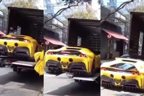 Ferrari SF90 Stradale de R$ 7 milhões cai do caminhão em São Paulo