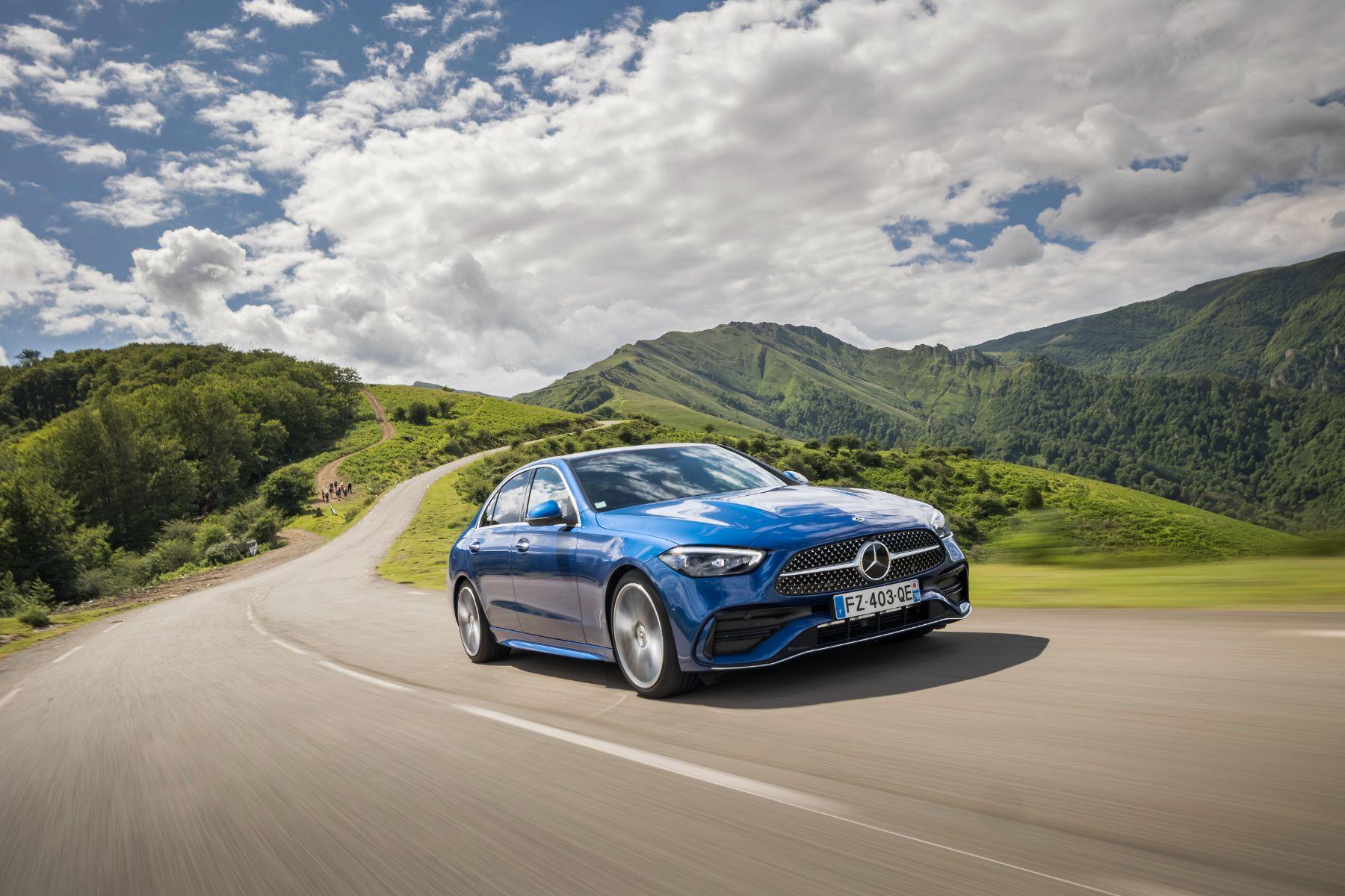 mercedes benz c 200 amg line modelo europeu azul em uma estrada de montanha