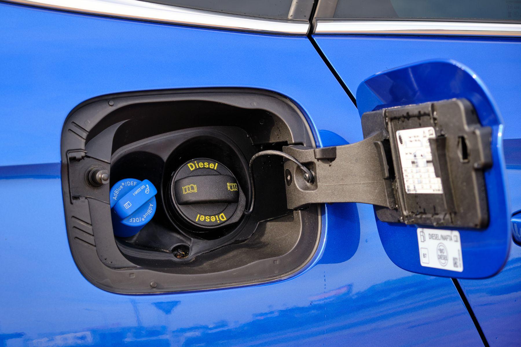 bocal de abastecimento de veiculo diesel com injecao de arla 32