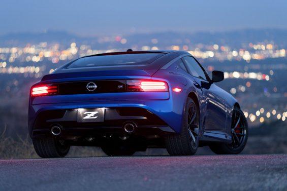 nissan z 2023 azul trazeira com luz de freio acesa