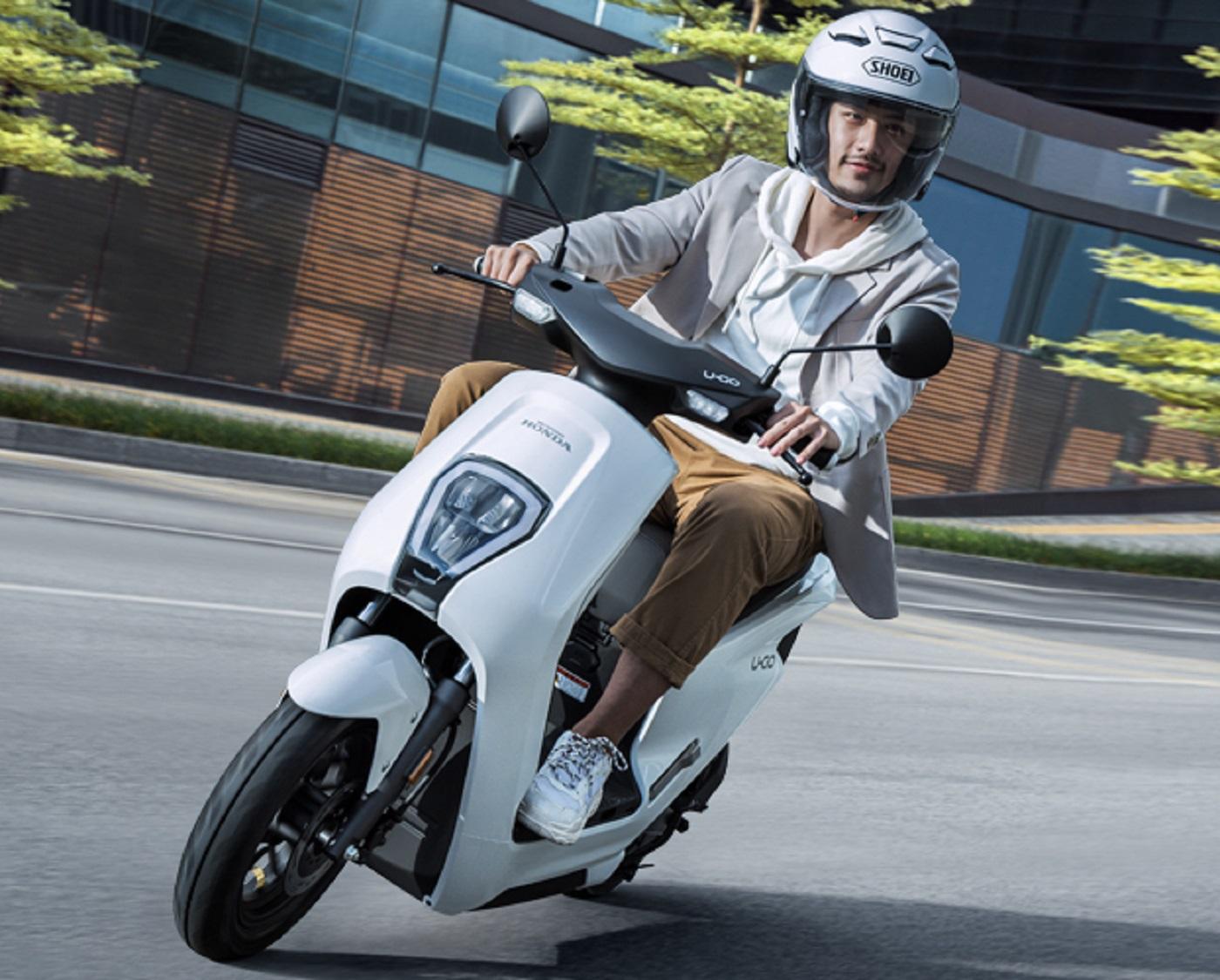 scooter honda u go de frente em movimento