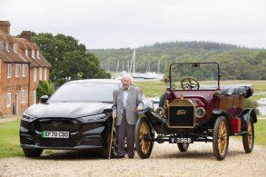Idoso de 101 anos aprendeu a dirigir em Ford  T e da uma voltinha no Mustang Mach-E