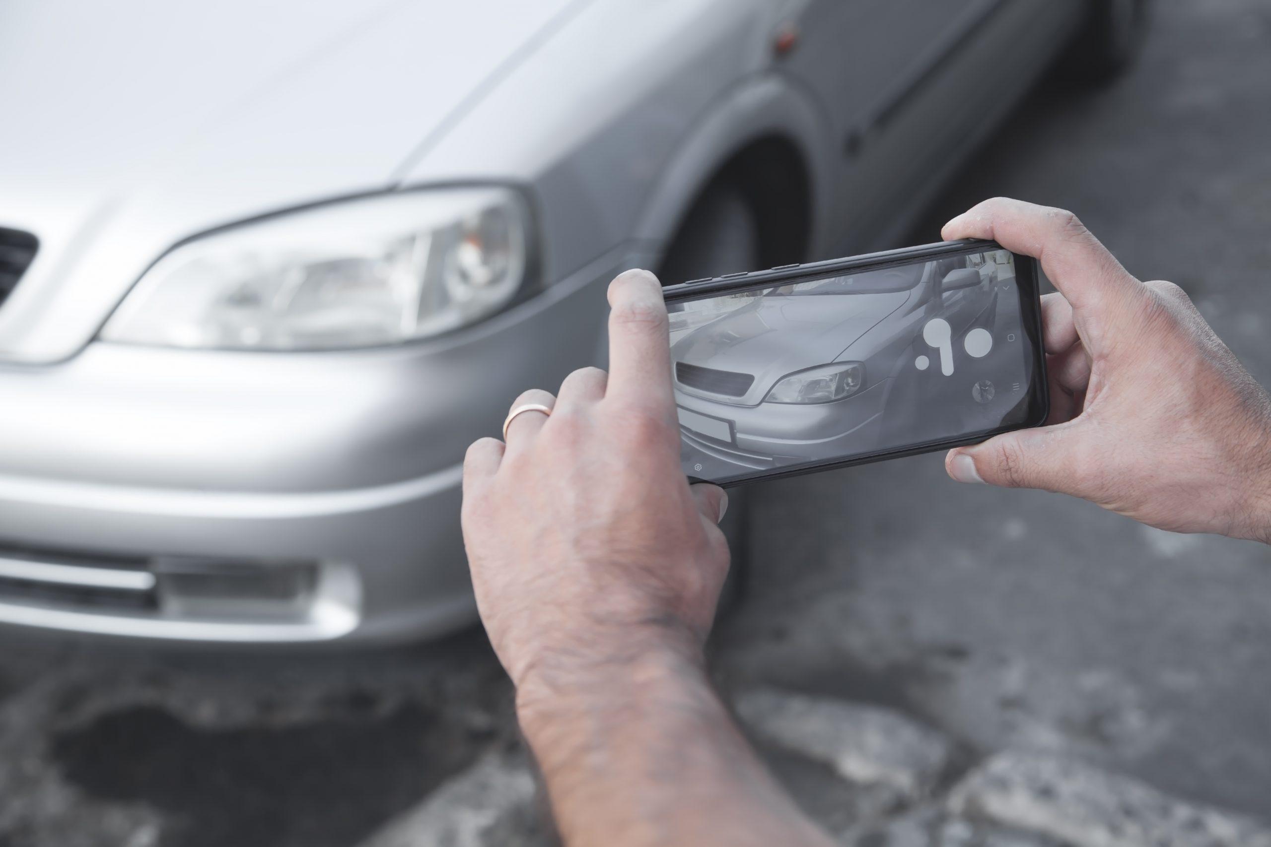 pessoa tirando foto de carro astra com o celular