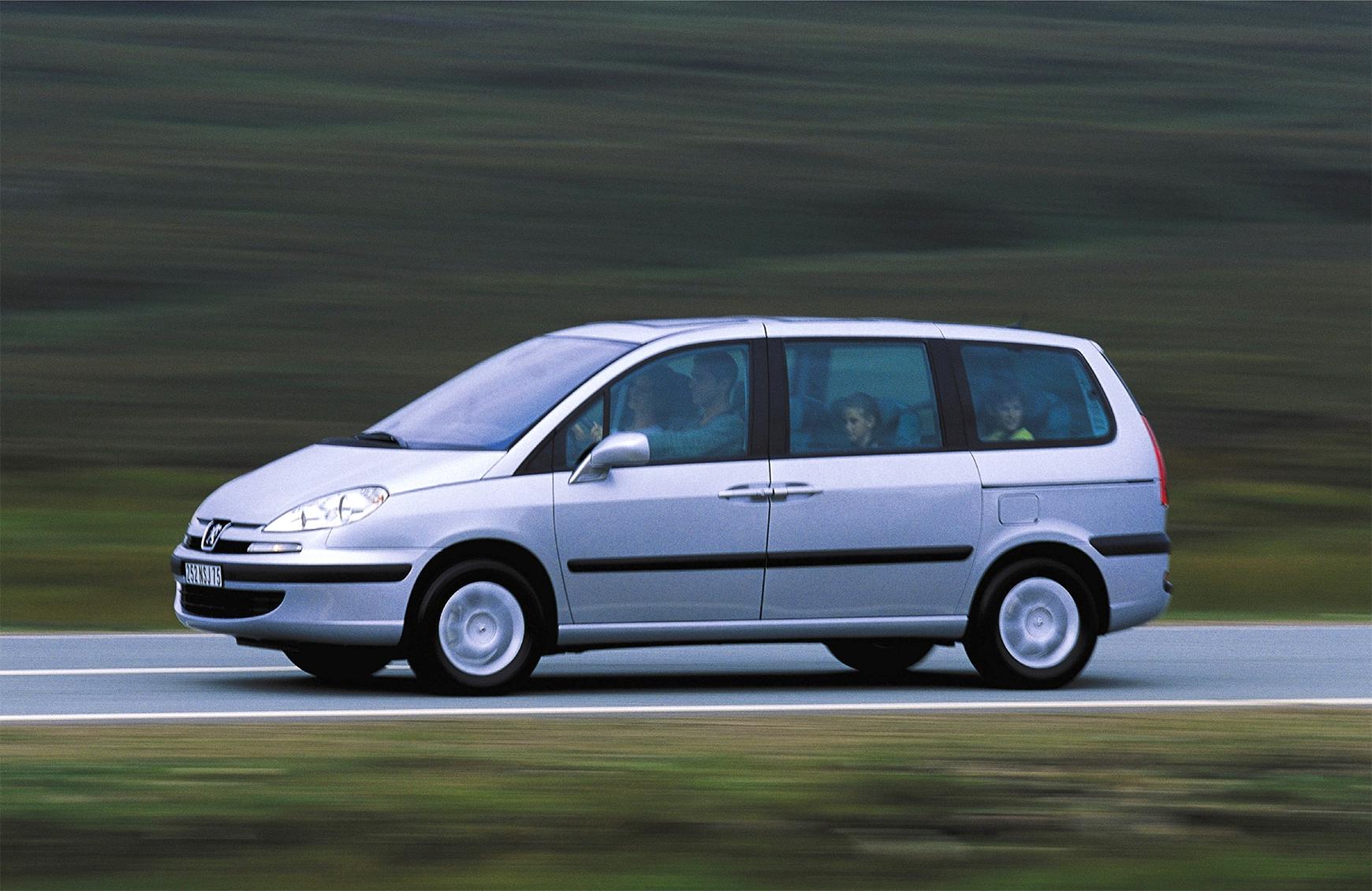 minivan peugeot 807 cinza lateral em movimento