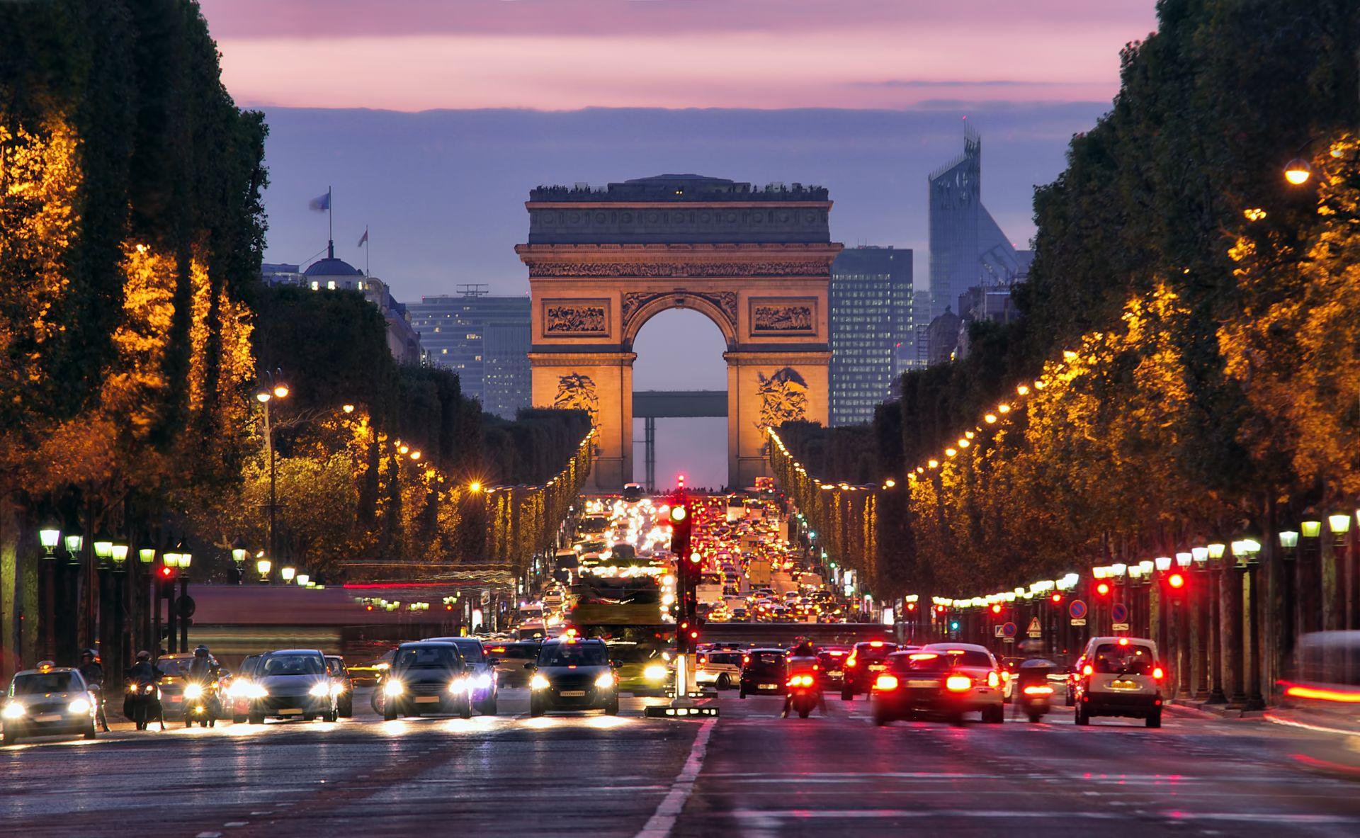 transito de paris a noite avenida champs elysees arco do triunfo ao fundo