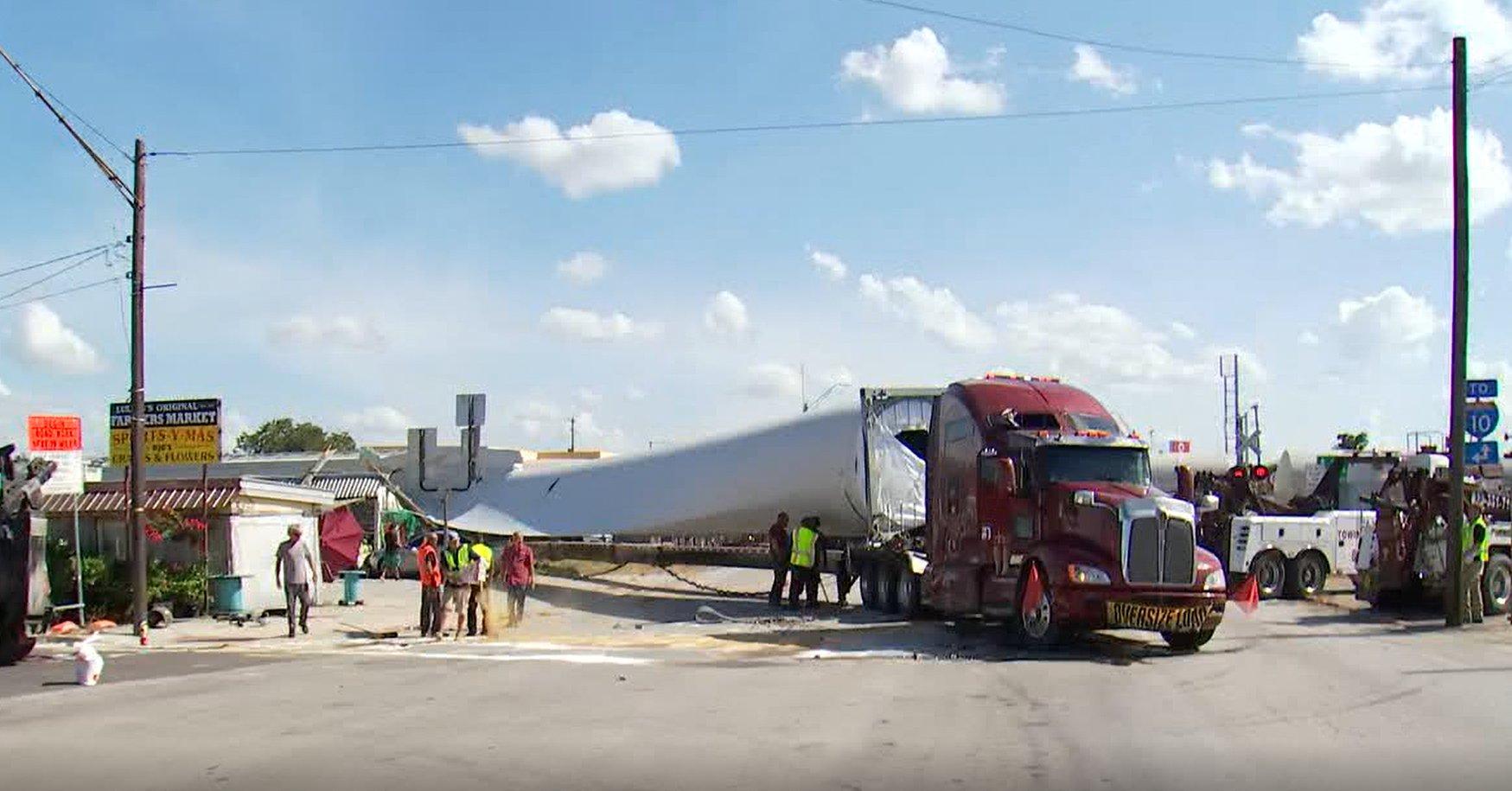 acidente caminhao levando pa de turbiona eolica e atingido por trem no texas