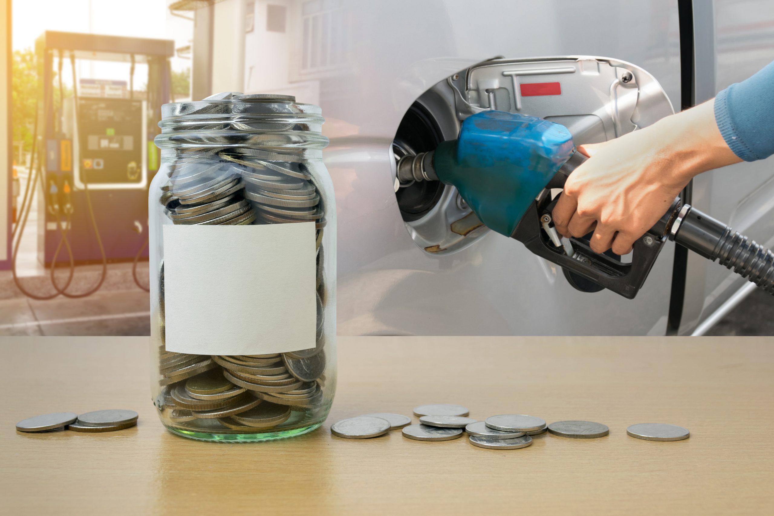 jarra de moedas com bomba de combustivel