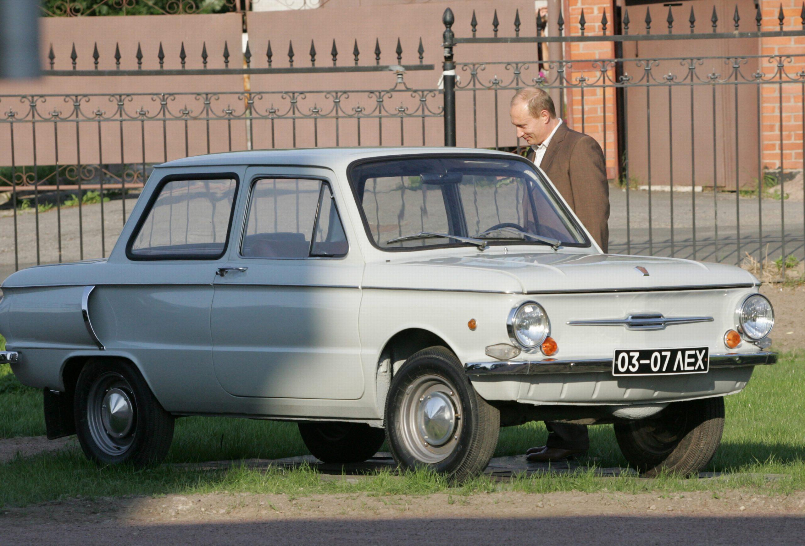 vladimir putin com seu carro zaporozhets 1972 branco