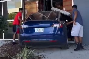 [Vídeo] Jovem destrói armazém ao acelerar Tesla