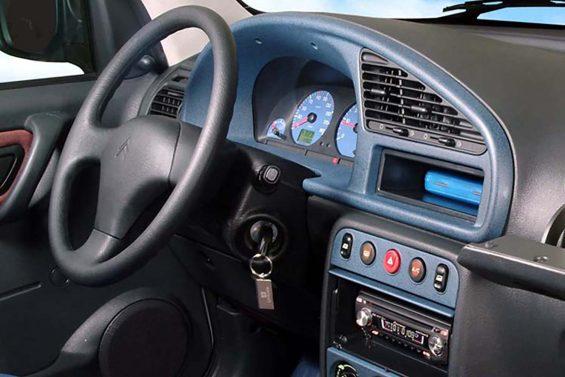 citroen berlingo interior painel com detalhes azuis