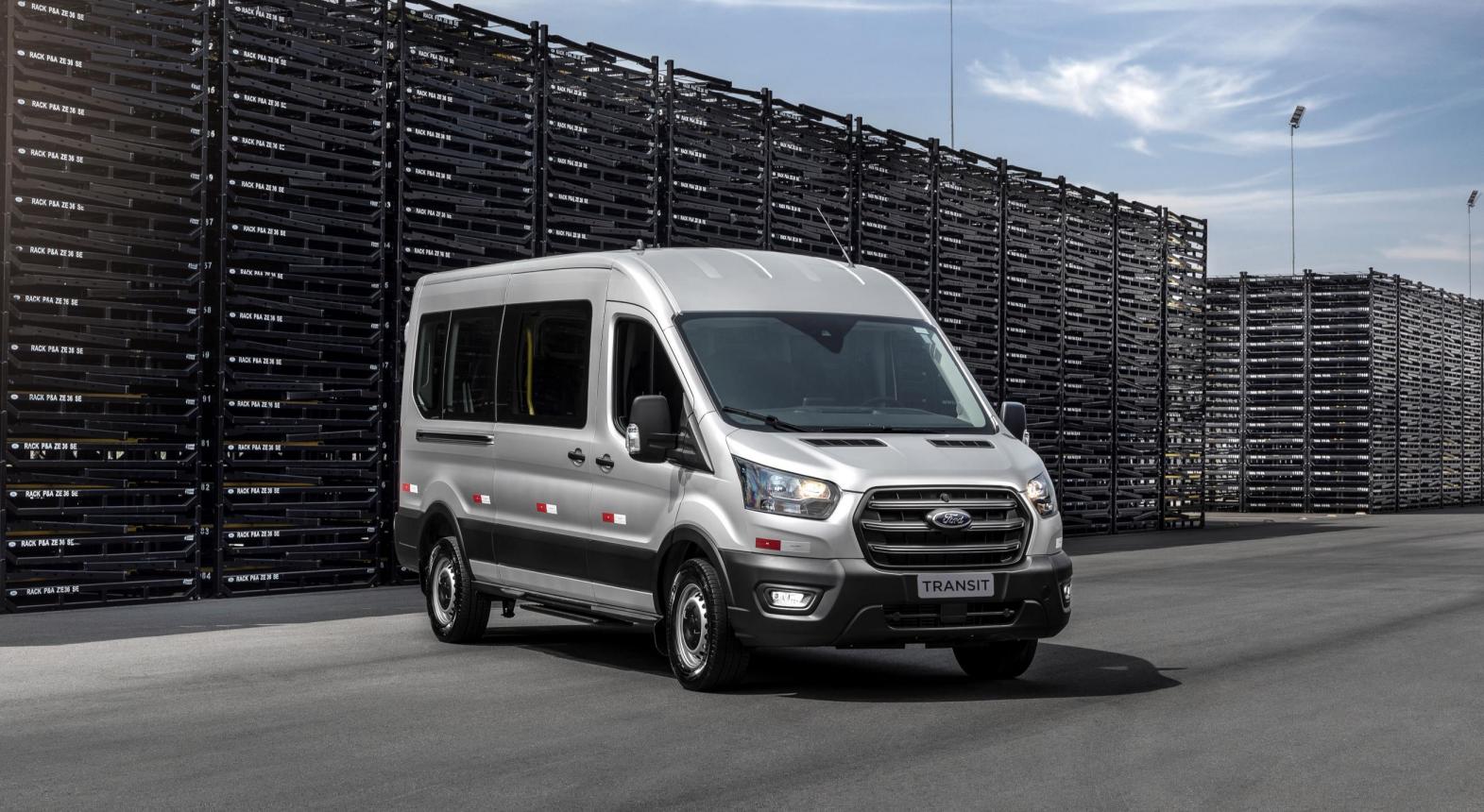 ford transit frente prata modelo curto de passageiros