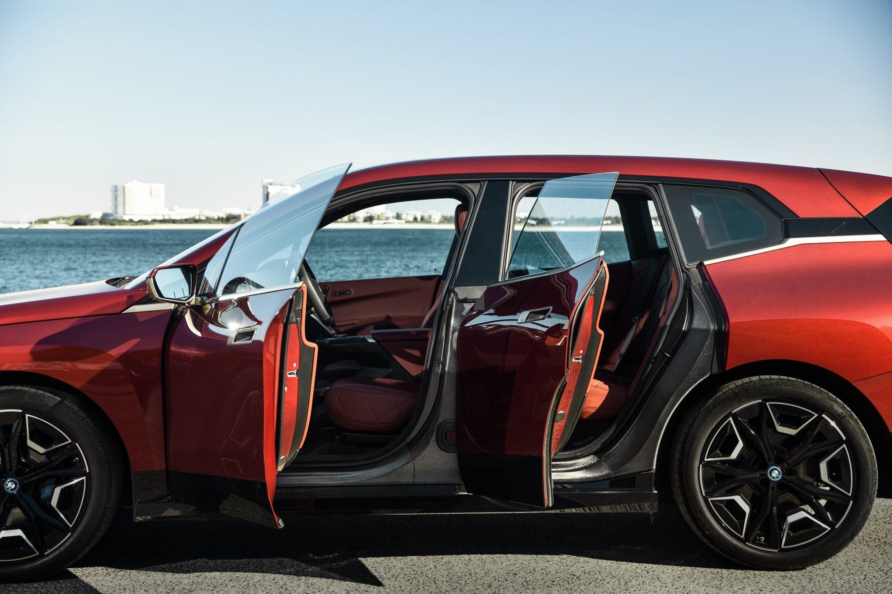 bmw ix sport lateral com portas abertas