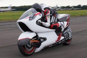 Moto elétrica com aerodinâmica nova quer bater recorde de velocidade