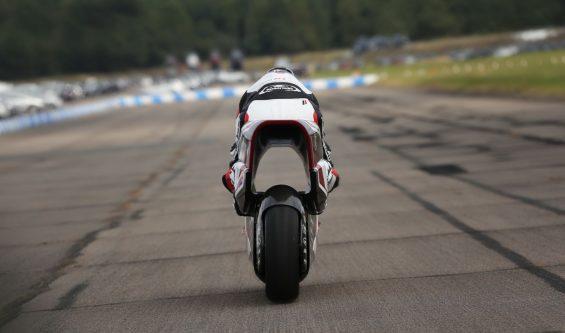 white motorcycle concepts wmc250ev em teste pista traseira