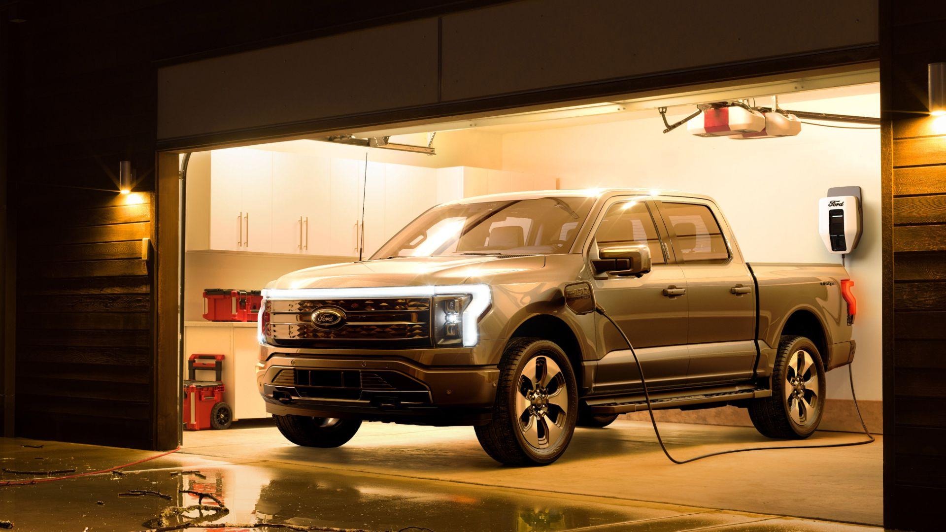 ford f 150 lightning platinum supercrew frente parada em garagem com carregador plugado