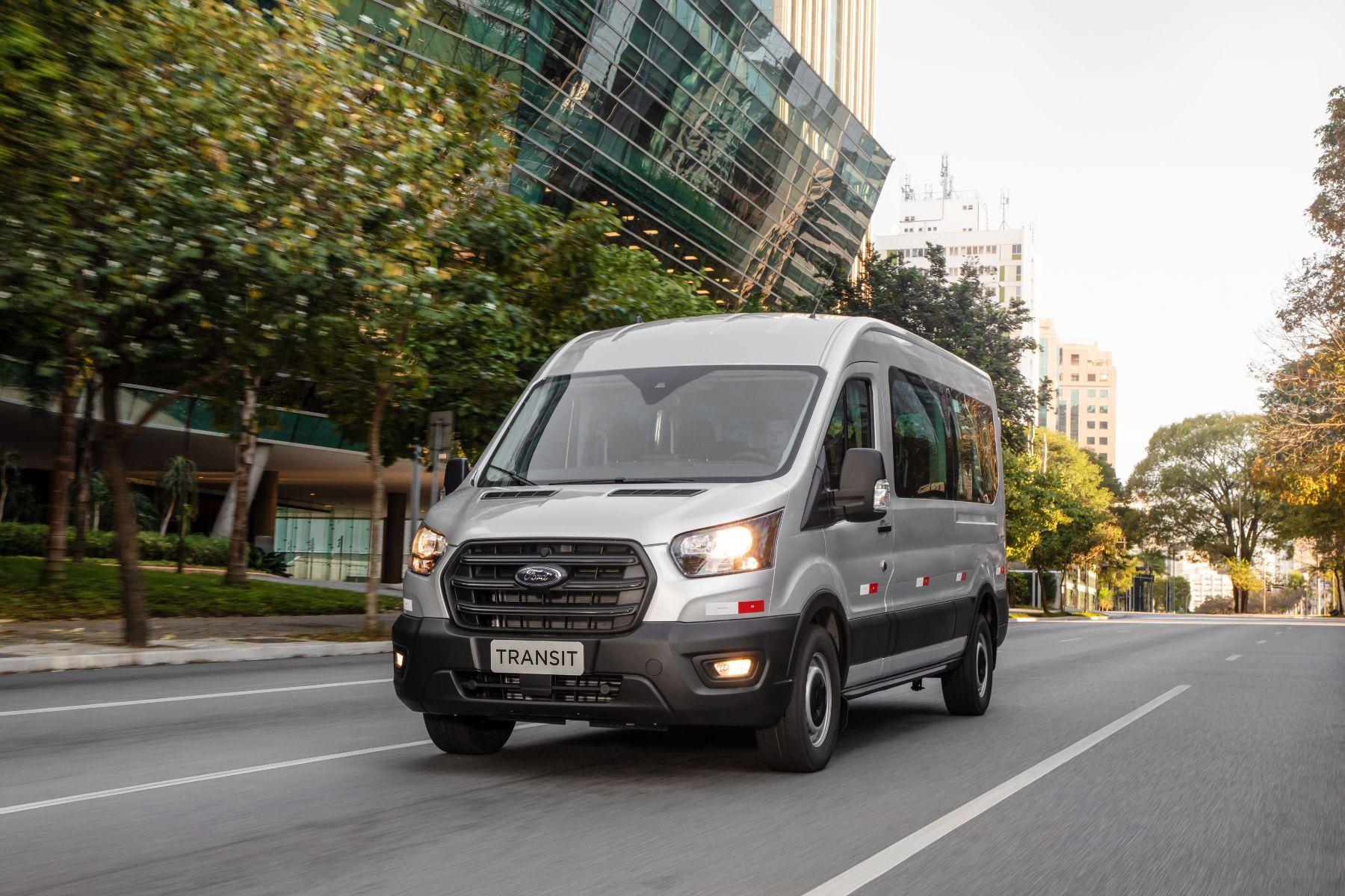 ford transit minibus frente prata em movimento cidade
