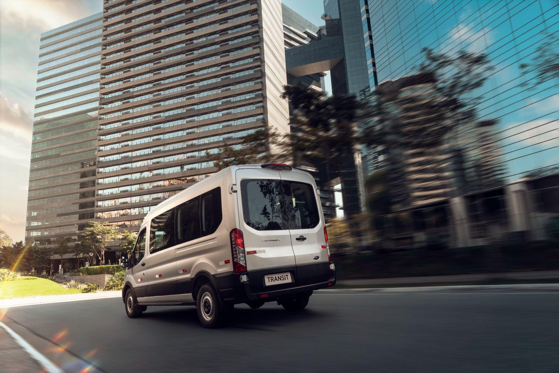 ford transit minibus prata traseira em movimento