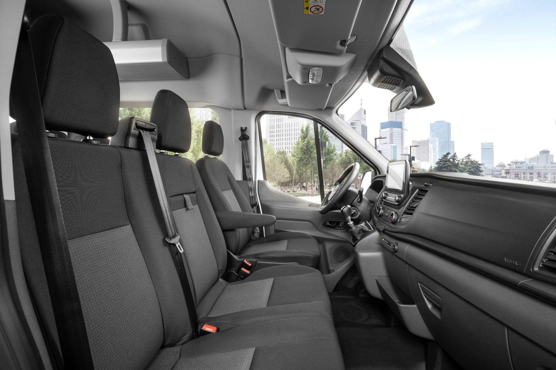 ford transit painel interior visto do lado do passageiro