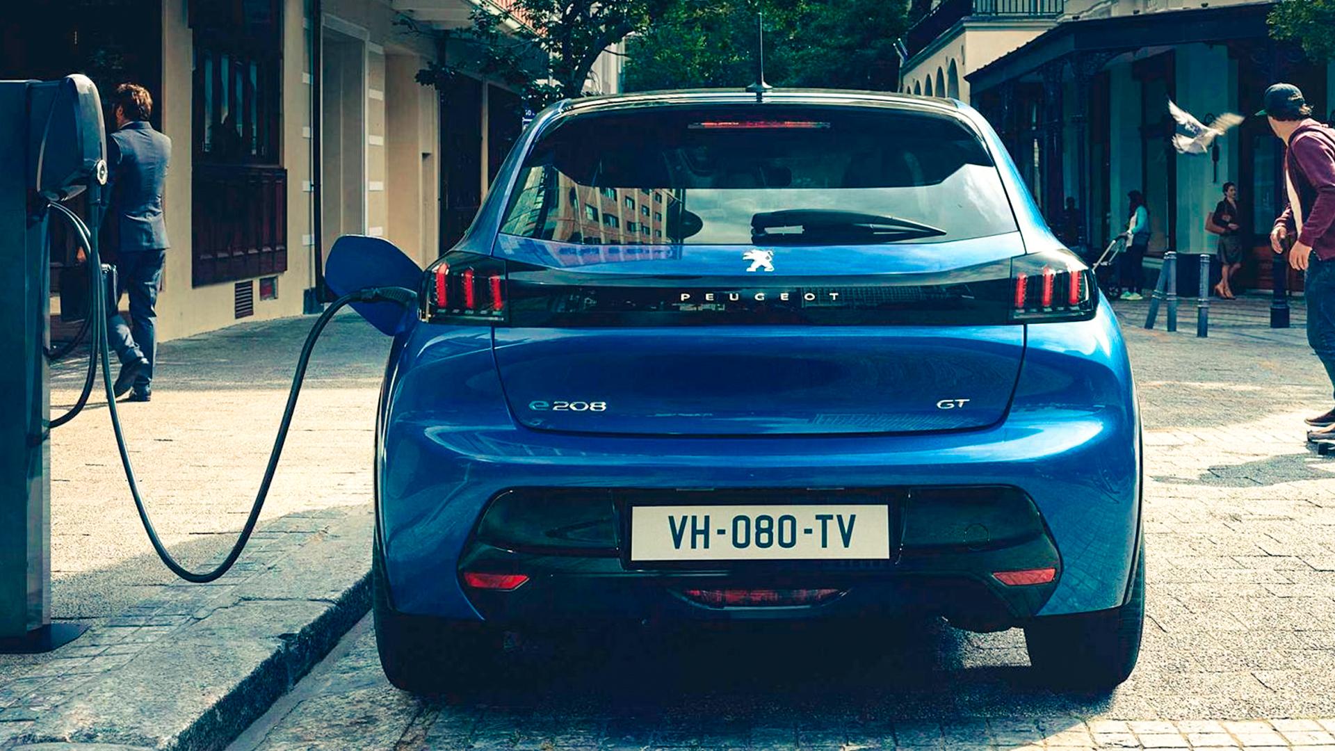 Novo Peugeot 208 elétrico na cor azul sendo recarregado