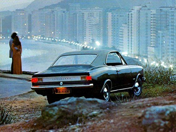 chevrolet opala coupe 1972 azul de traseira com cidade do rio de janeiro ao fundo creditos para divulgacao chevrolet