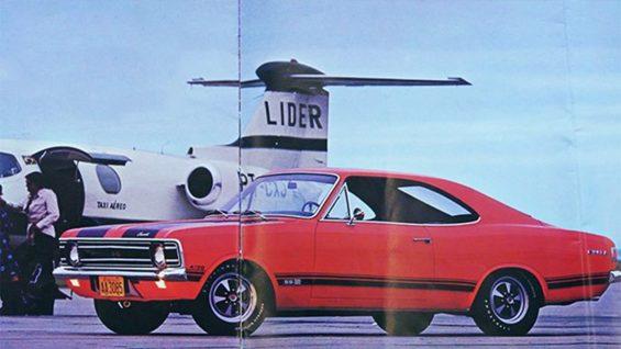 chevrolet opala 55 coupe vermelho em aeroporto com aviao ao fundo