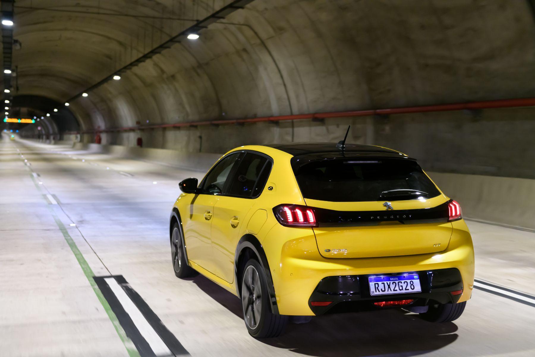 peugeot e 208 gt amarelo traseira em movimento tunel