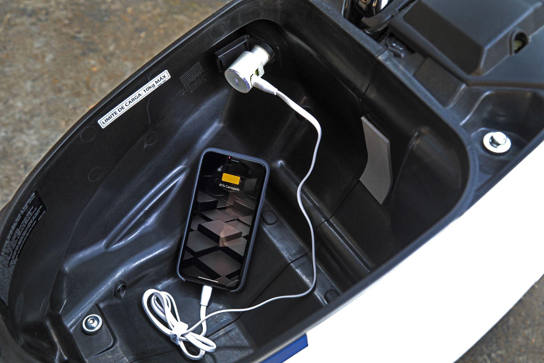 honda biz 125 bau tomada 12v carregando celular