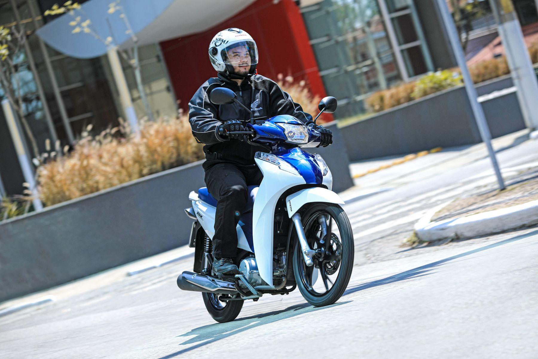 honda biz 125 bicolor azul e branca frente em movimento