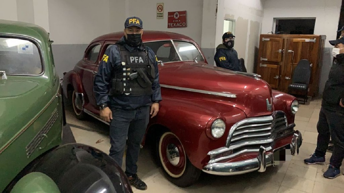 policiais federais da argentina posam durante operacao para desbaratar quadrilha dos carros antigos