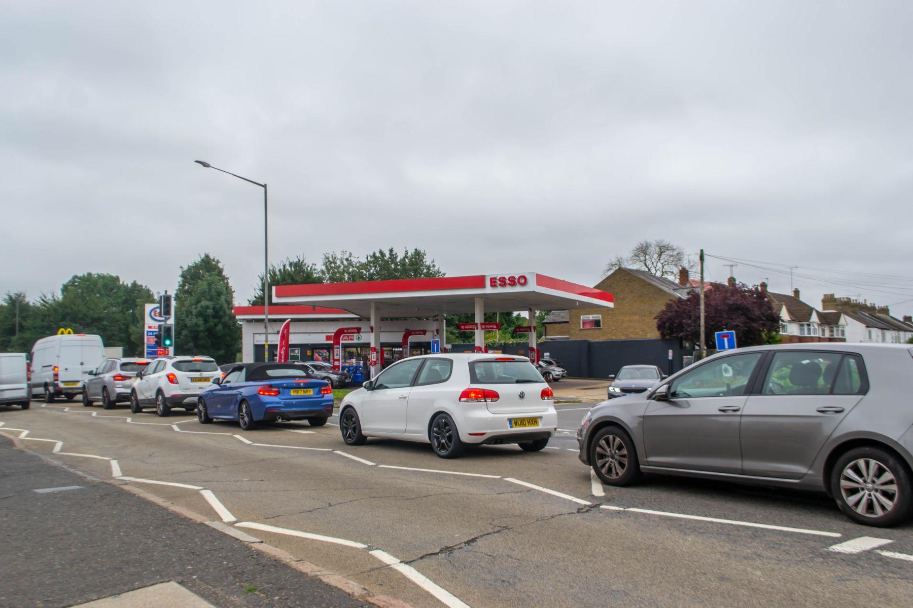 fila em posto de gasolina esso na inglaterra reino unido racionamento crise shutterstock