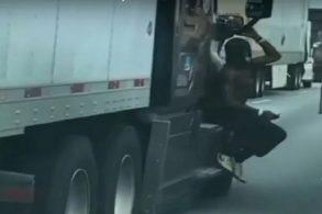 Homem é flagrado 'pendurado' em retrovisor de carreta de 18 rodas