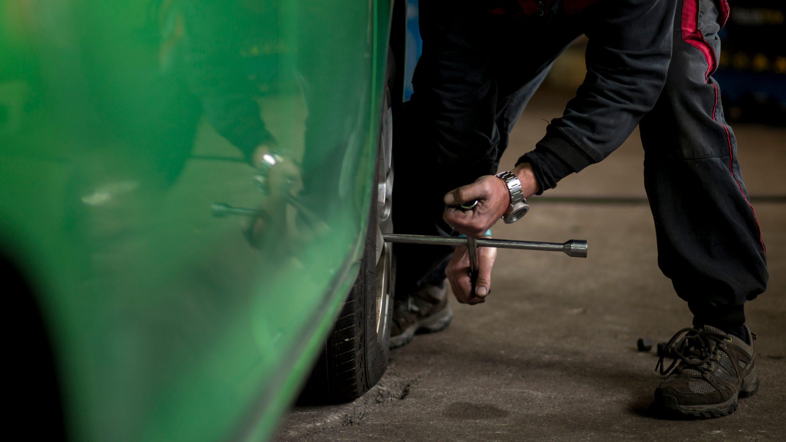homem trocando pneu