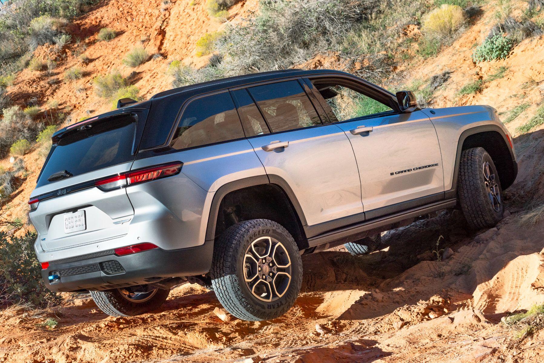 jeep grand cherokee trailhawk 4xe prata traseira fora de estrada