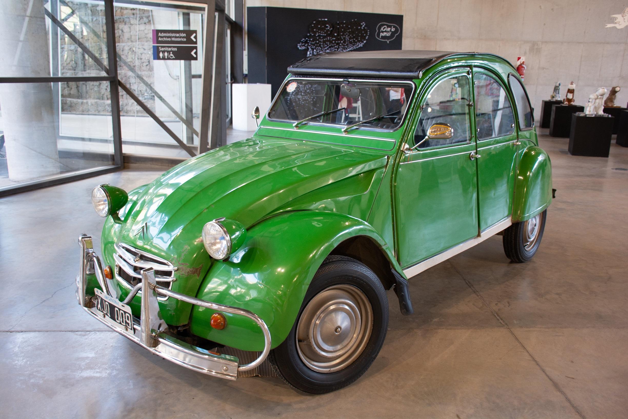 citroen 3cv verde de frente em exibicao em museu em cordoba na argentina