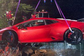 Motorista confunde pedais e joga Lamborghini em lago