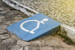Comissão aprova multa para veículo estacionado em acesso a PcD