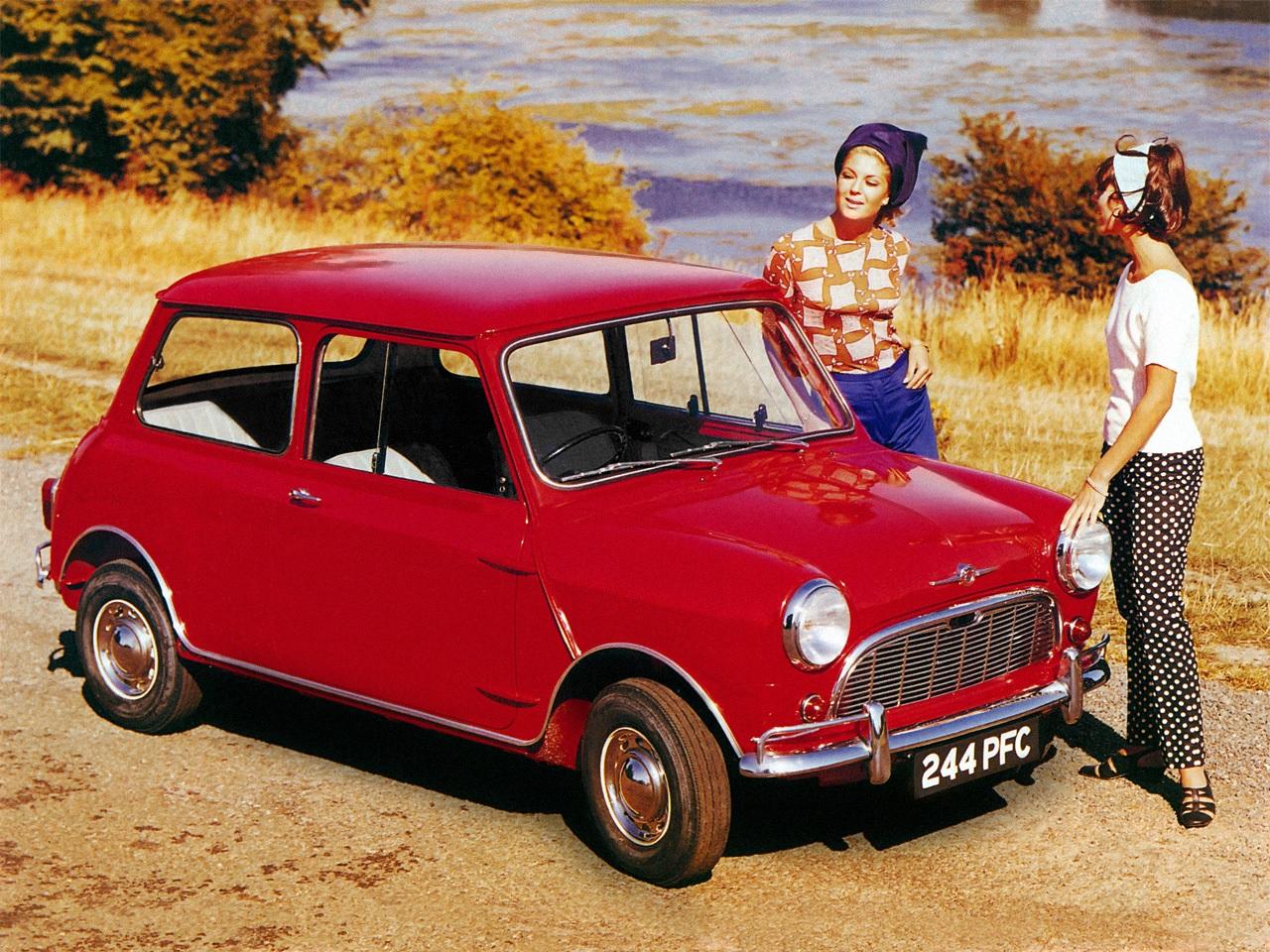 austin mini minor vermelho de frente com modeos em propaganda de epoca